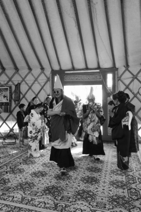 Zava Damdin Bagsh (centre), Sampel Lam blowing the conch (centre-right), Yamaguchi Toshiko (left), Takahata Sachiko and Toyoto Shizuyo (right). Delgeruun Choira 5 Sept. 2015. Photo: C.Pleteshner.