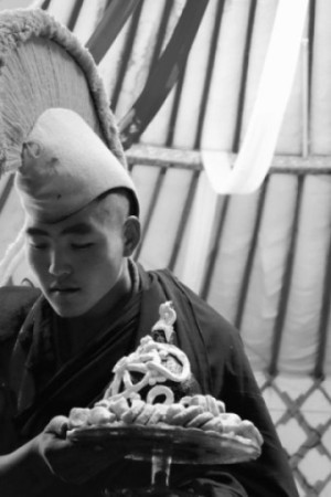 Pagchug Lam is carrying a Gelugpa Buddhist ritual Tsog Offering for Zava Damdin Bagsh. It is decorated with a Dharmachakra, Sun and crescent Moon, as well as other symbols that have been hand-made fromlocal butter. The small flour-butter cakes surrounding the tsog offering torma (Tib. gtor ma), were made by J. Gundegmaa, Zava Damdin'smother.Delgeruun Choira, 5 September 2015. Photo: C.Pleteshner